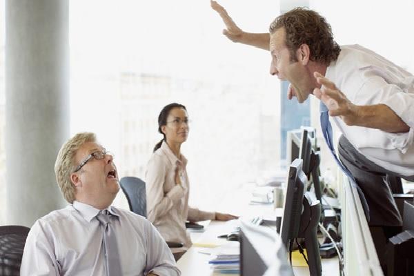 Cómo lidiar con un compañero de trabajo difícil cuando el jefe no está